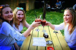 Sangria in de zomertuin van Wijnbar Le gout Soiree. Leuk terras Wetteren - Er is ook Sangria zonder alcohol!